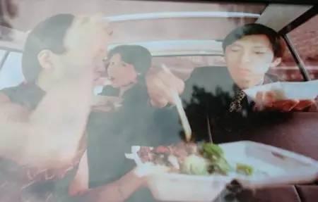 张朝阳年轻时抢吃盒饭的照片