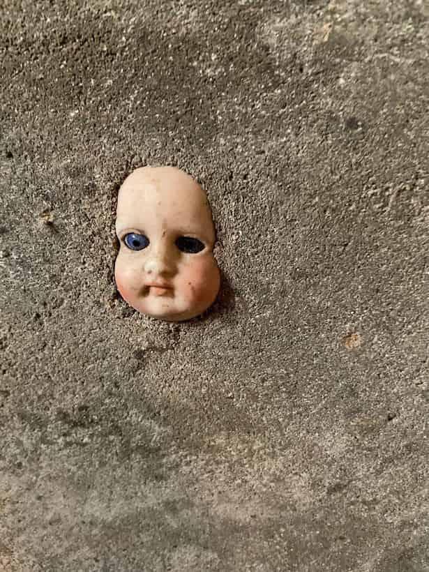 纽约女子搬到新家,墙中惊现恐怖娃娃头